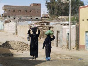 Egipt - kobieta niosąca kosz