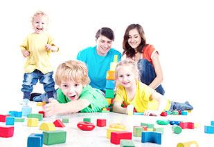 dzieci bawią się z rodzicami klockami